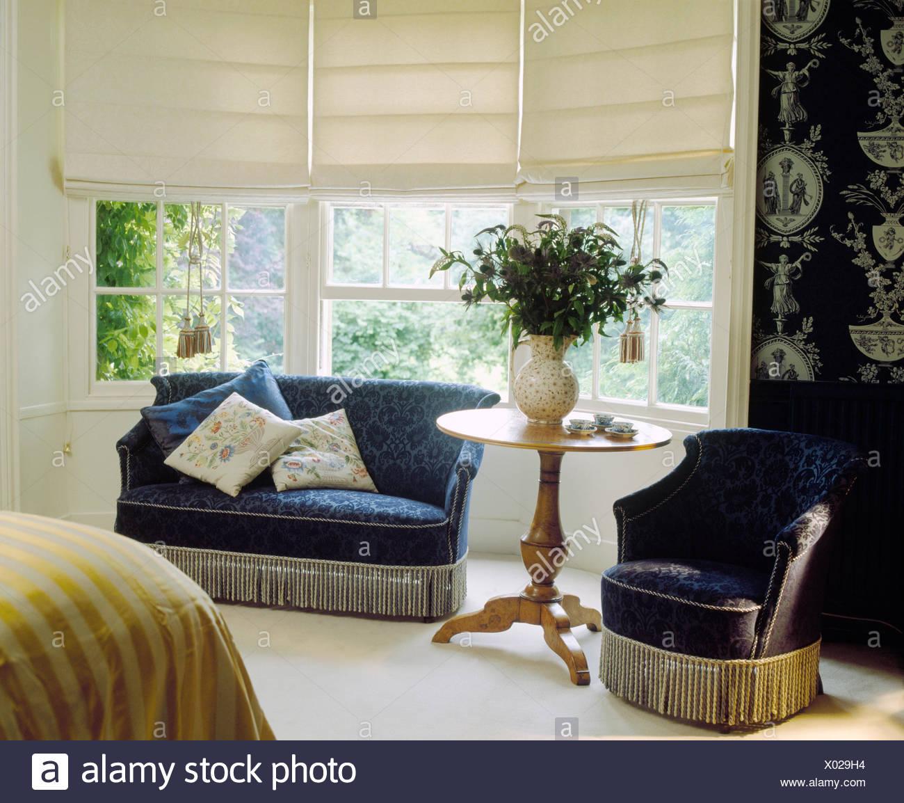 In velluto blu divano e poltrona in camera da letto con lenzuola ...
