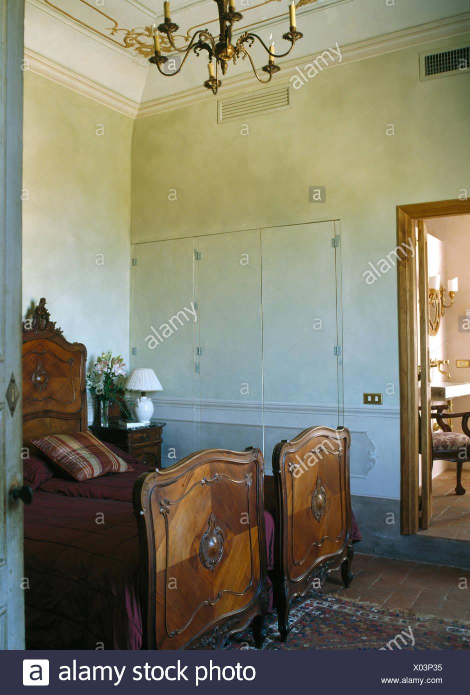Antichi letti di legno in vecchio stile camera da letto Toscana Foto ...