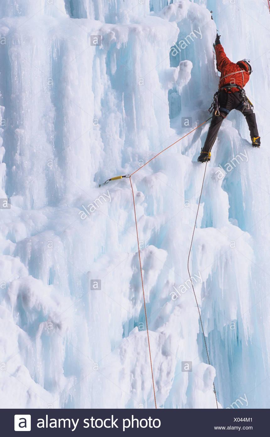Un alpinista ascendere il fungo maligno, WI 5, Ghost River, Alberta, Canada Immagini Stock