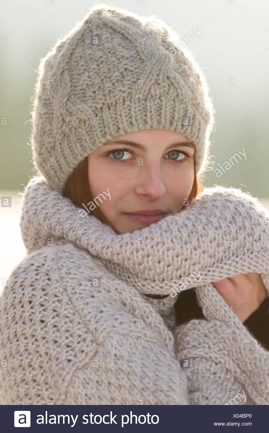 81cd5960dd Giovane donna che indossa un cardigan e un cappello di lana Foto ...