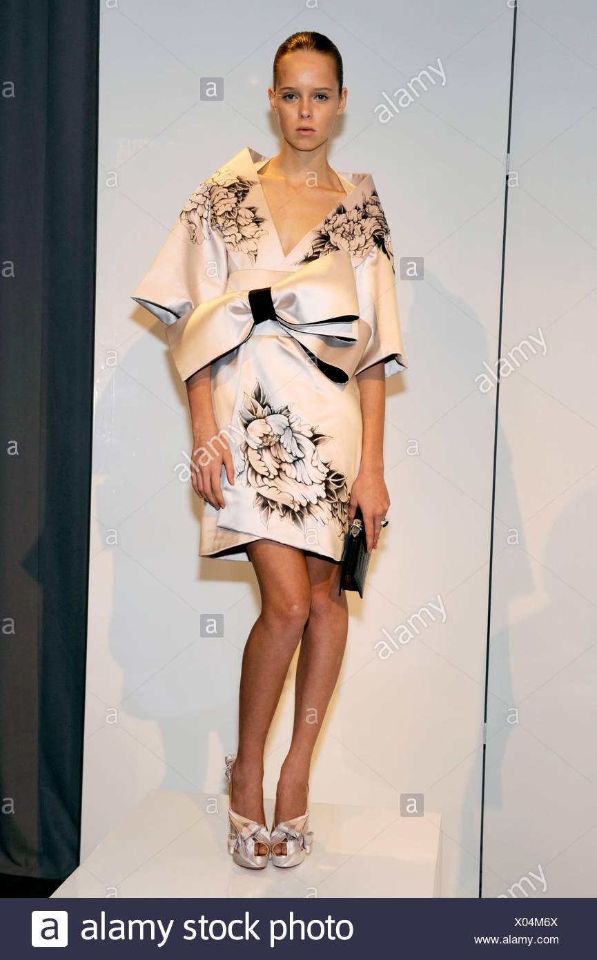 new concept b1620 68404 Una crema di seta corto giapponese in stile kimono abito da ...