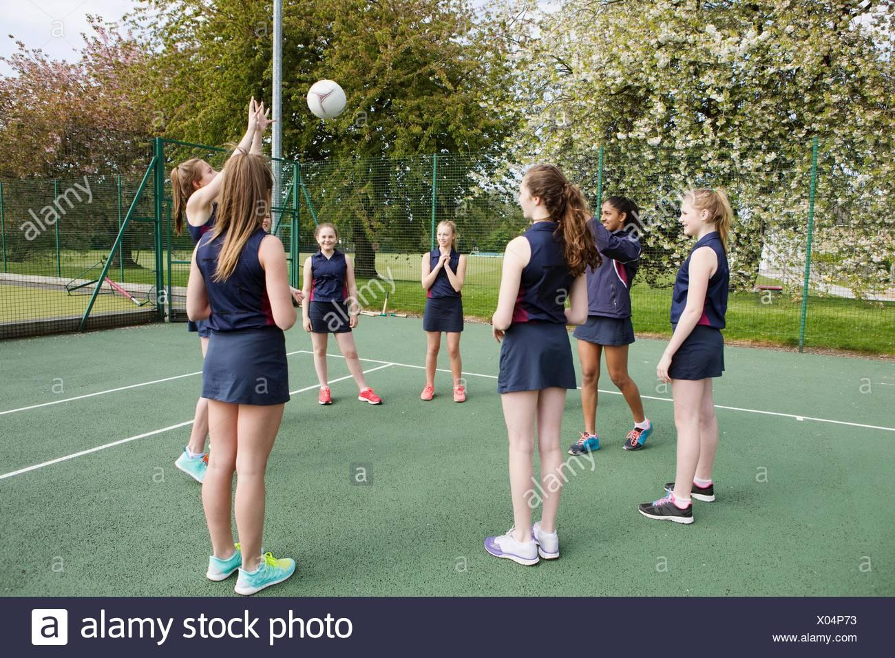 Gruppo di studenti la riproduzione di netball in tribunale Immagini Stock