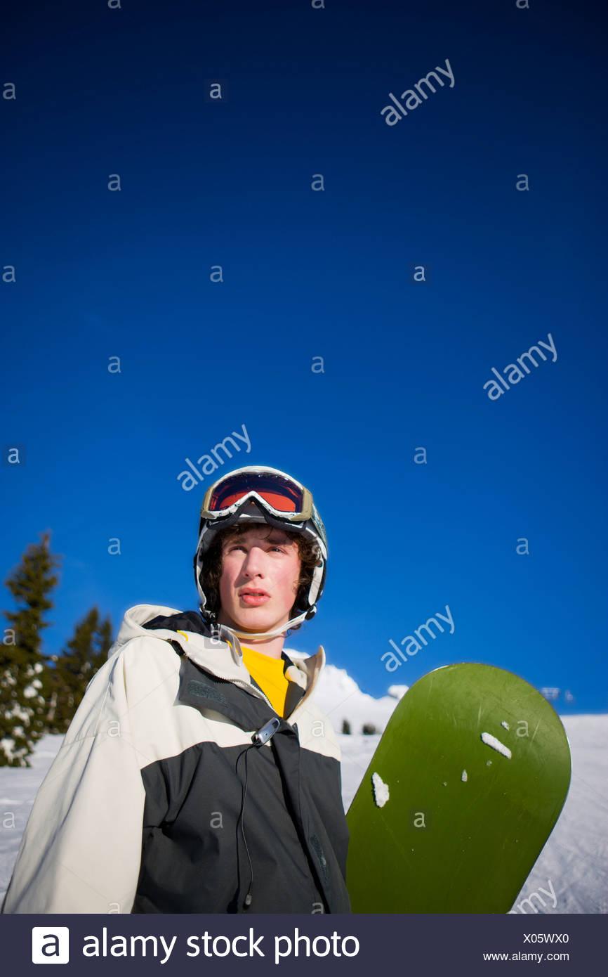 Ritratto di un adolescente di sesso maschile snowboarder su Mt. Cappa, Oregon Immagini Stock