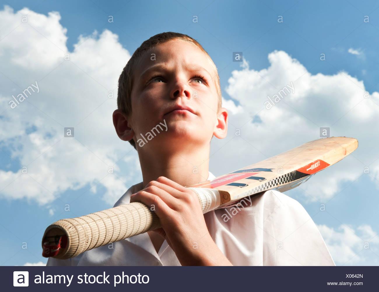 Ragazzo holding cricket bat all'aperto, Johannesburg, provincia di Gauteng, Sud Africa Immagini Stock