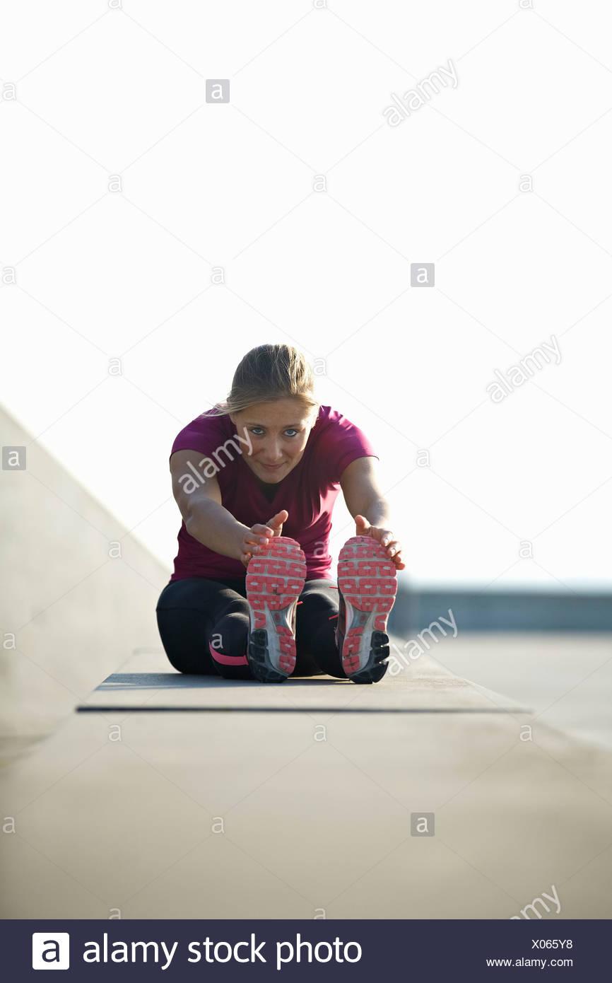 Runner stretching sul tetto Immagini Stock