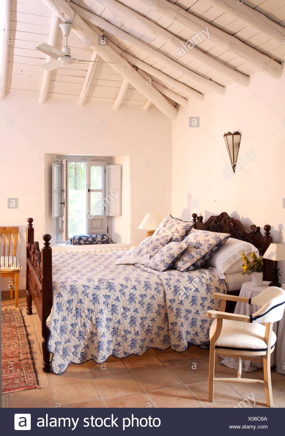 Blue+white quilt scolpito sul letto in legno bianco in spagnolo con ...