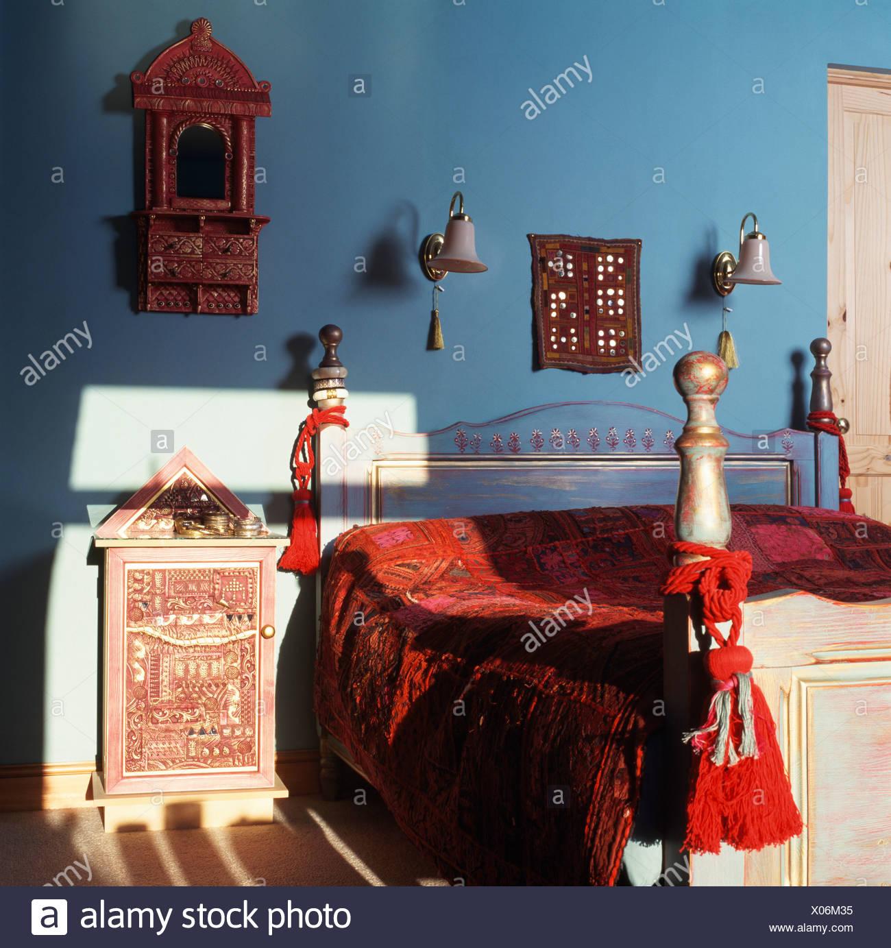 Nappe Rosso E Velluto Rosso Indiano Letto In Stile Coperchio Sul Letto Dipinte In Blu Con Camera Da Letto In Stile Indiano Comodino Foto Stock Alamy