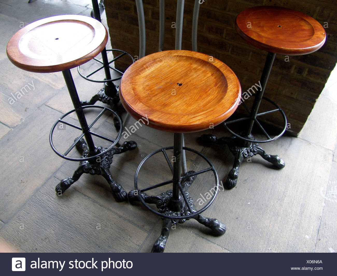 Bar esterno sgabelli e tavolo in un ristorante di londra foto