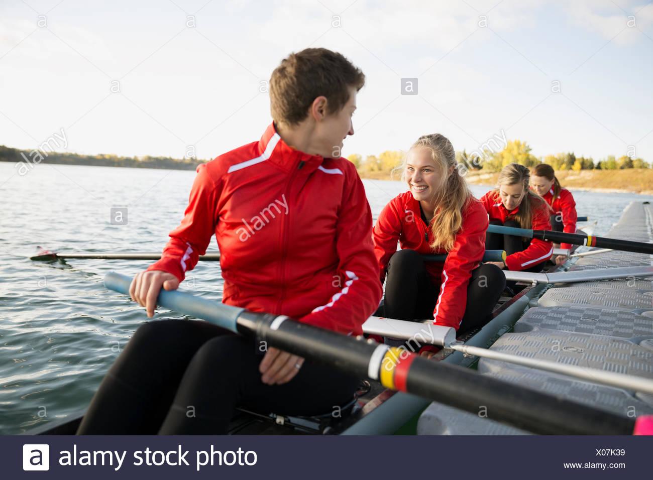 Il team di canottaggio in scull a waterfront Immagini Stock