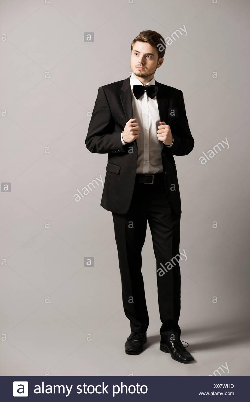 cheap for discount 288e4 761b6 Ritratto di giovane uomo che indossa tuta nera, una camicia ...