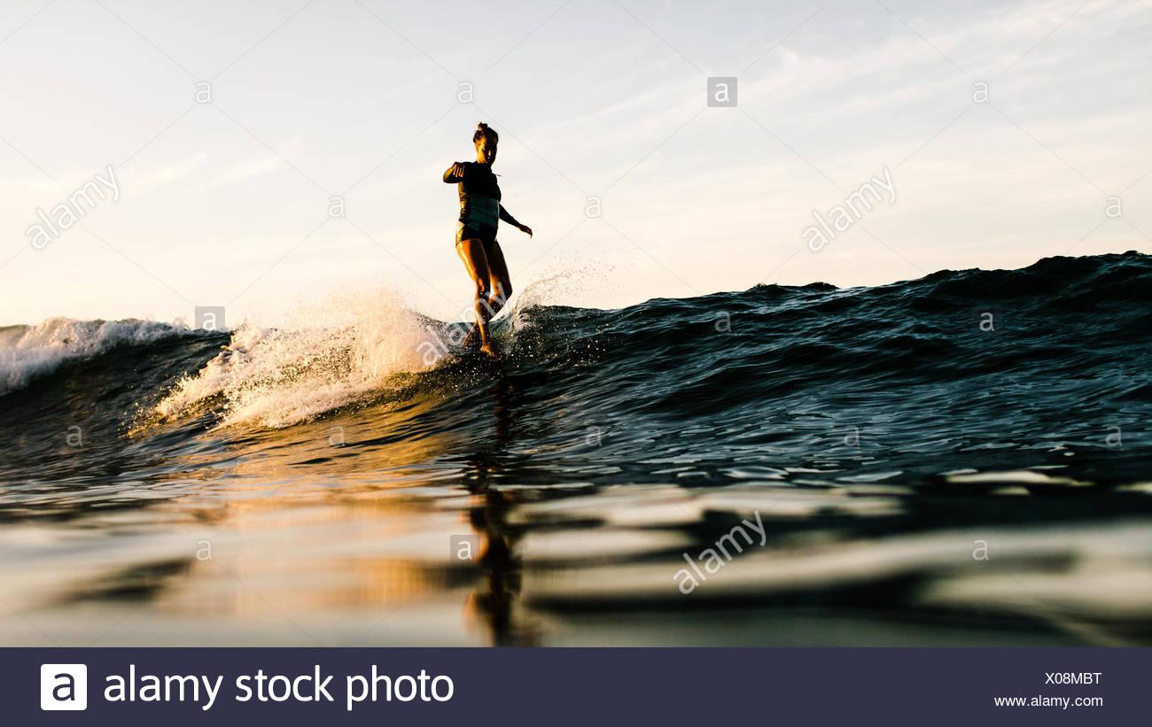 Donna surf, Malibu, California, Stati Uniti d'America Immagini Stock