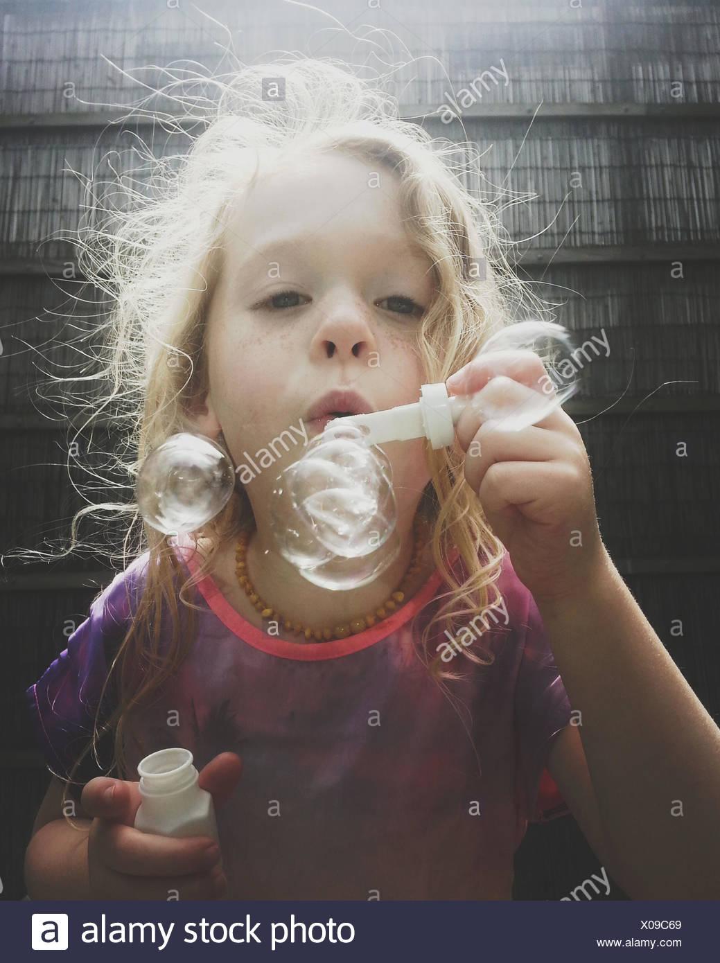 Ritratto di una ragazza soffia bolle di sapone Immagini Stock