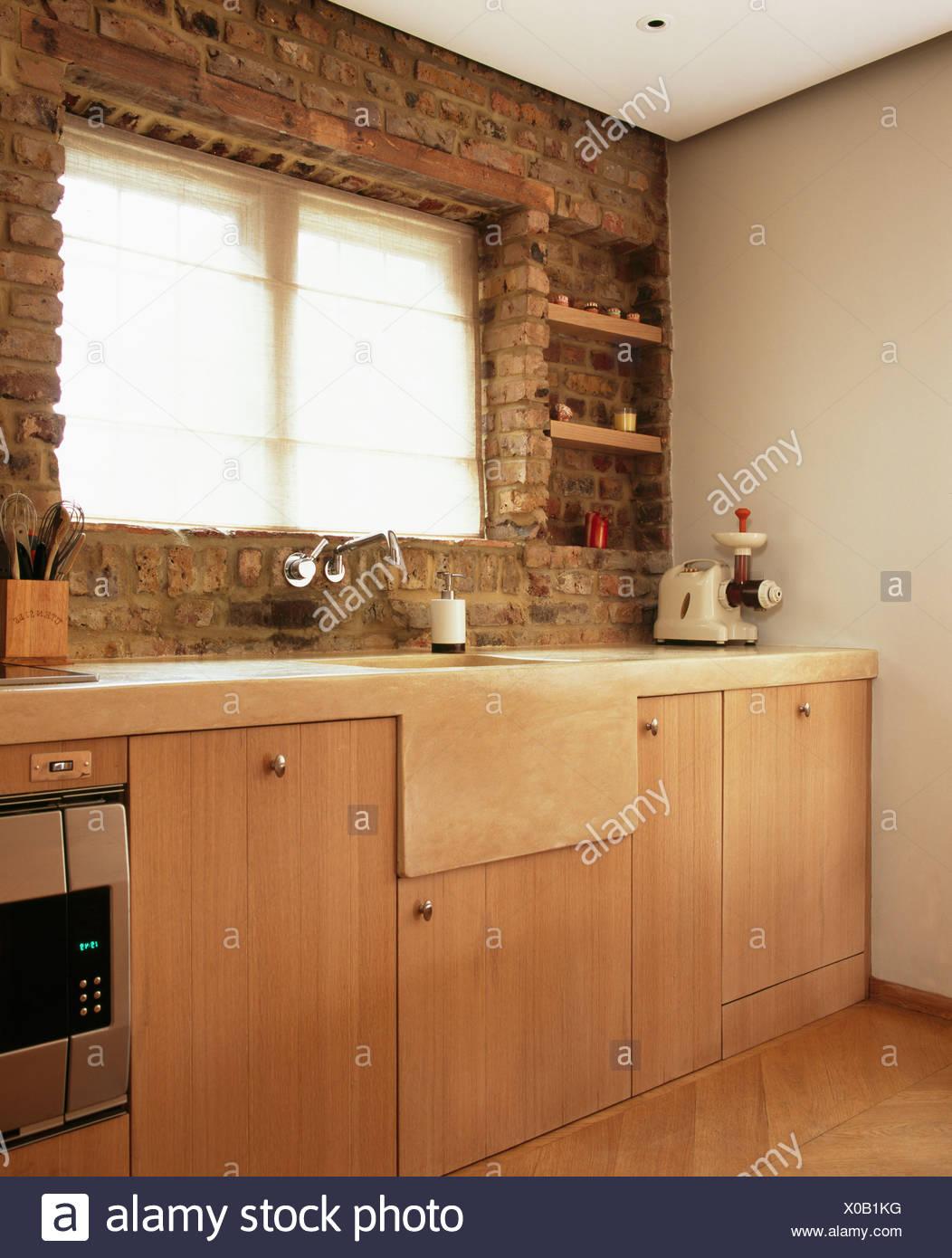 Cucine Con Finestra Sul Lavello lavandino in pietra sotto la finestra esposta nel muro di