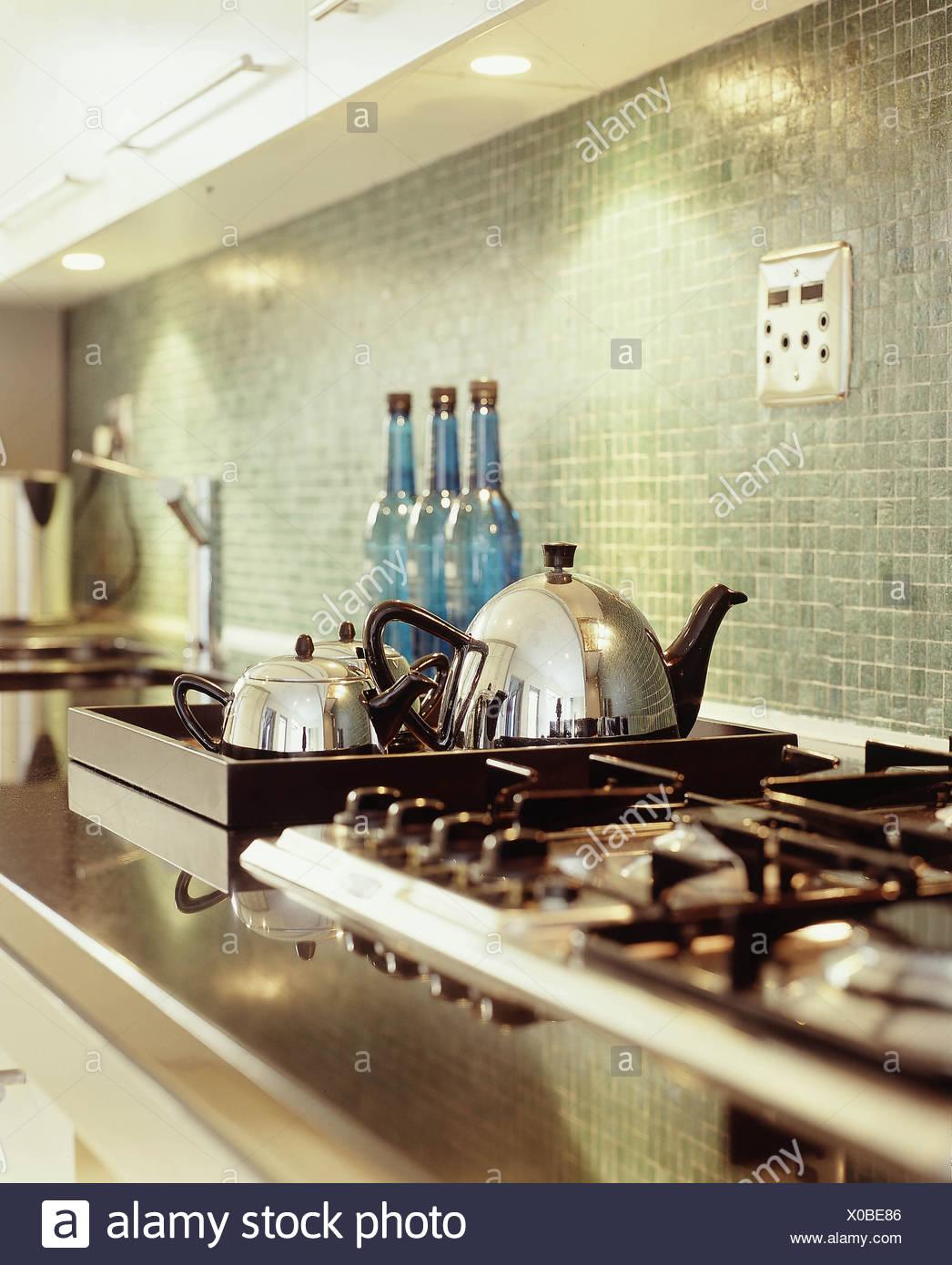 A tre diversi stili di cucina in marmo scuro di lavoro di ...