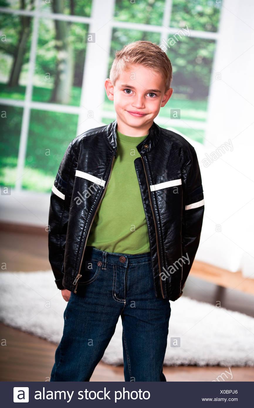 great fit 50ba4 bae16 Ragazzo indossando giacca di pelle Foto & Immagine Stock ...