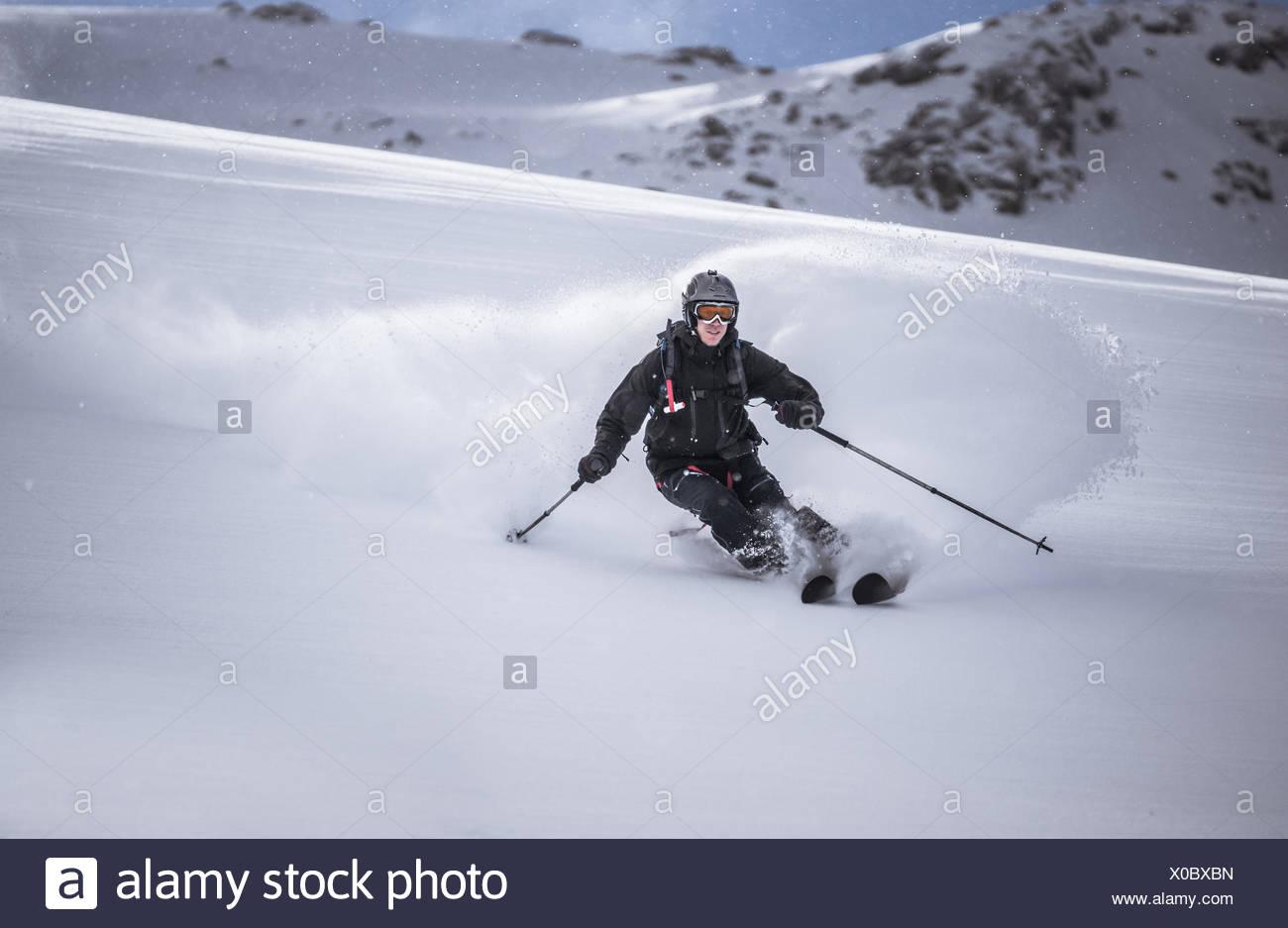 Austria, vista frontale del free ride sciatore lo sci di discesa Immagini Stock