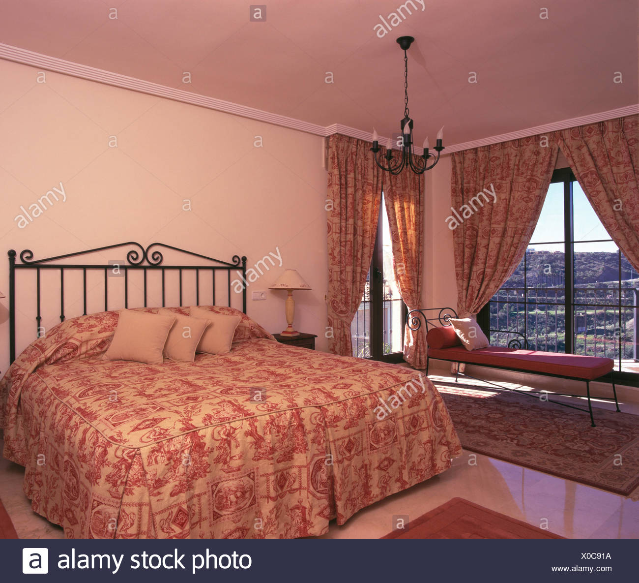 Rosa quilt modellato sul letto di metallo in spagnolo camera ...