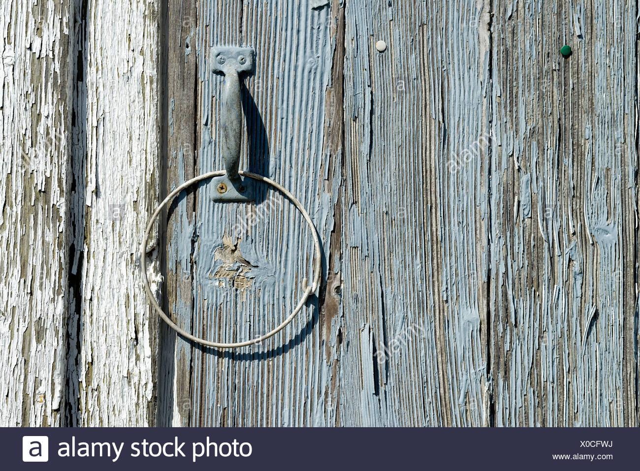 Dettaglio della pelatura di vernice sulla porta di legno. Immagini Stock