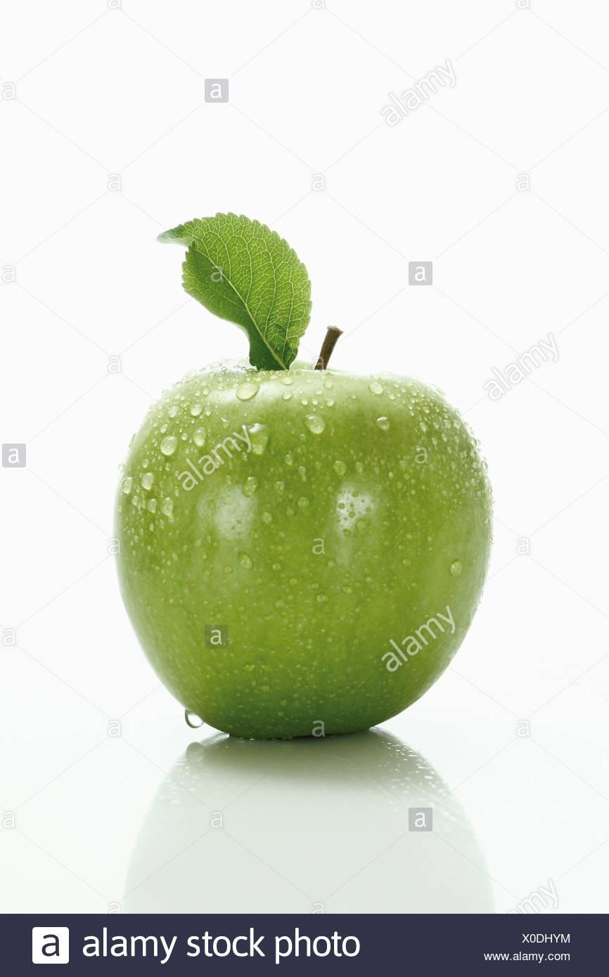 Mela verde con foglie Immagini Stock