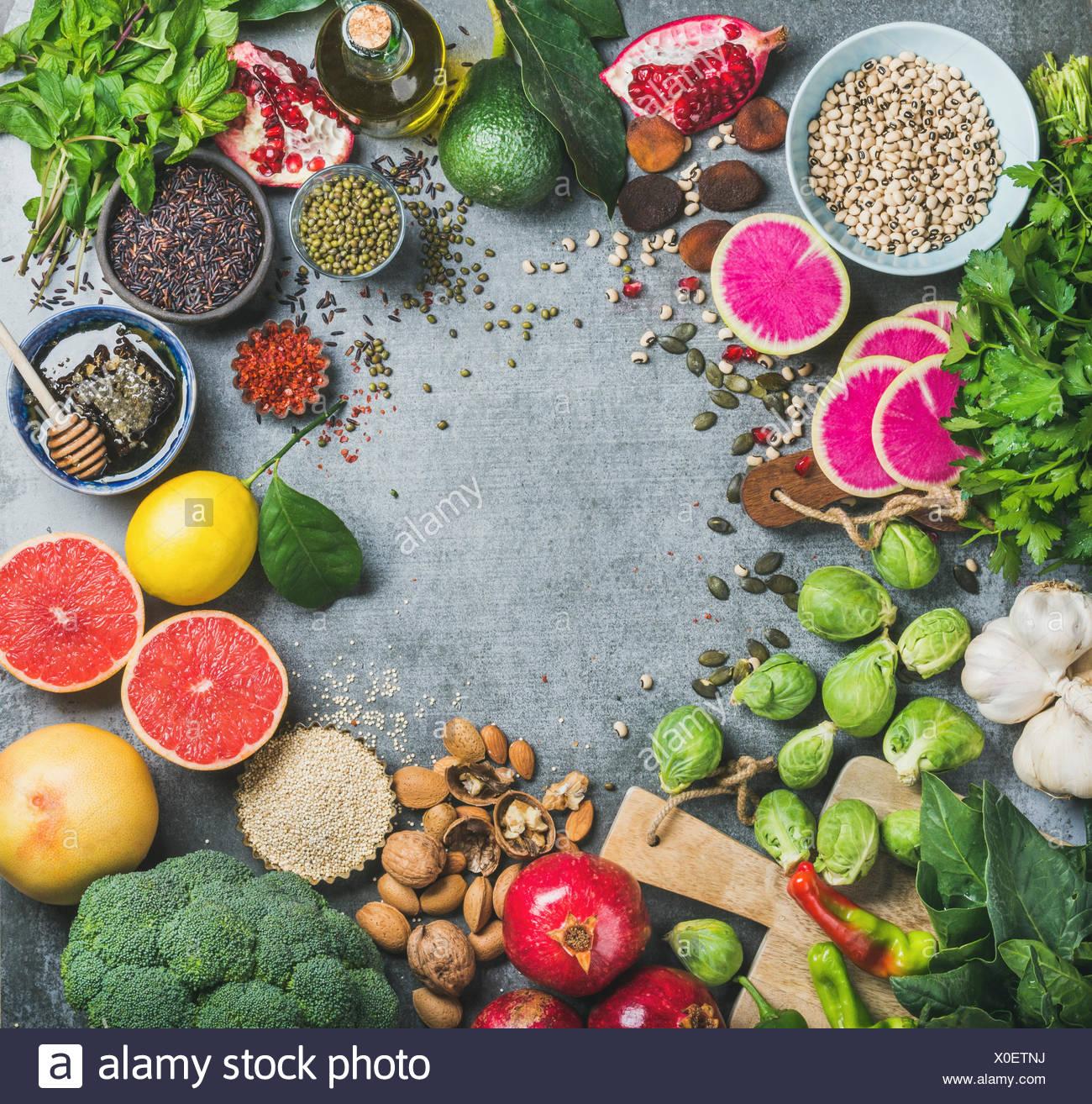 Pulire il concetto di mangiare. Varietà di verdure, frutti, semi, cereali, fagioli, spezie, superfoods, erbe, condimento per il mangiare sano, dieta e vegan, ve Immagini Stock
