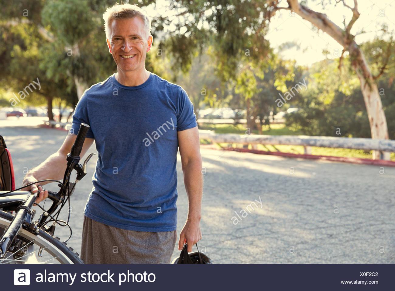 Ritratto di maschio maturo ciclista in posizione di parcheggio Immagini Stock
