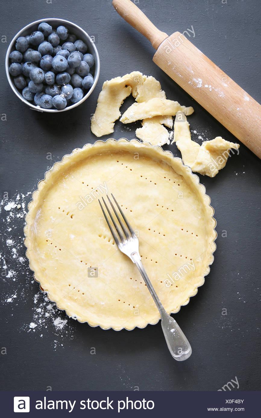 Tart piatto a base di pasta prima di essere riempiti da cuocere.Vista dall'alto. Immagini Stock