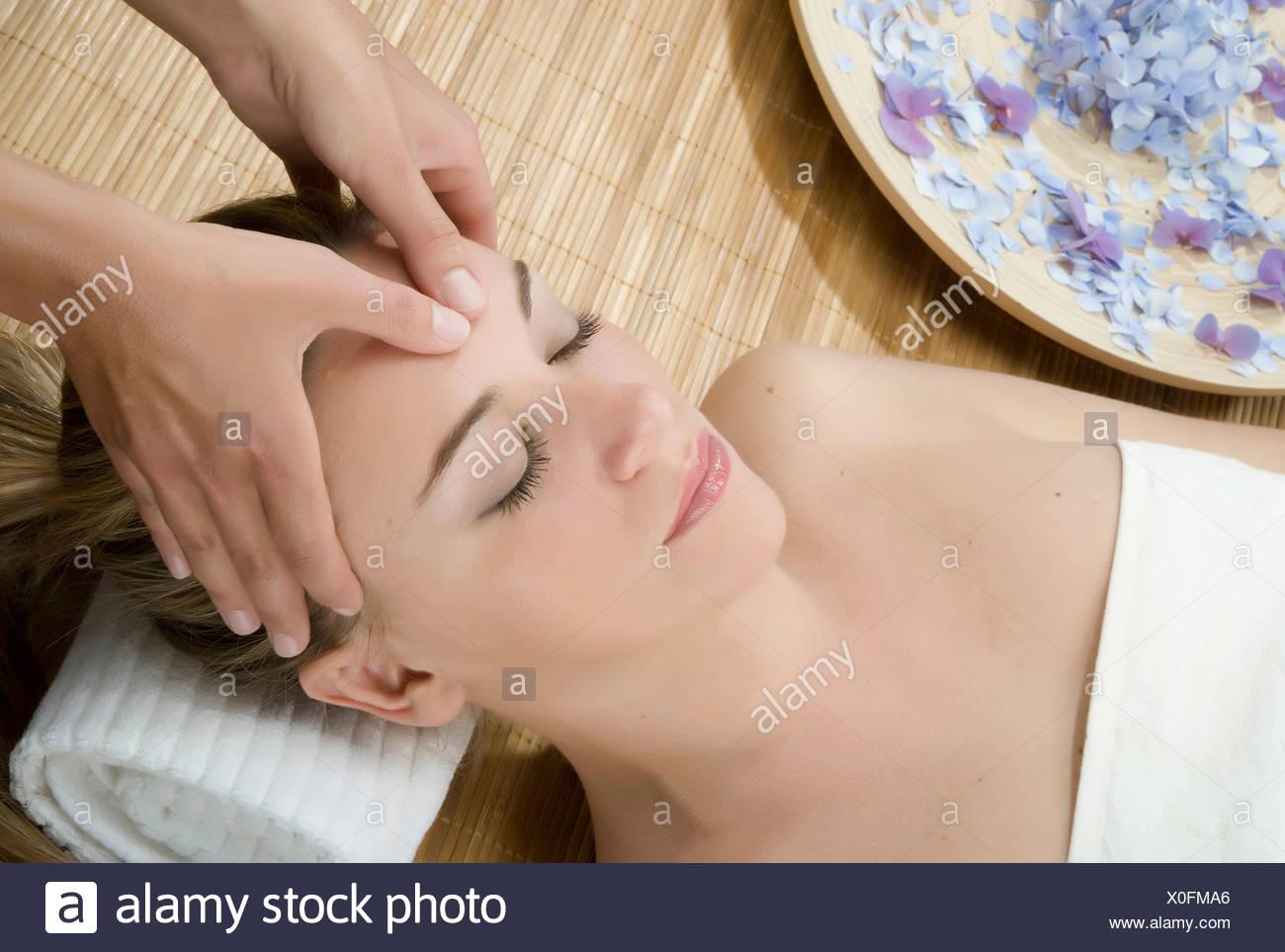 La donna a spa avente fronte massaggiato Foto Stock
