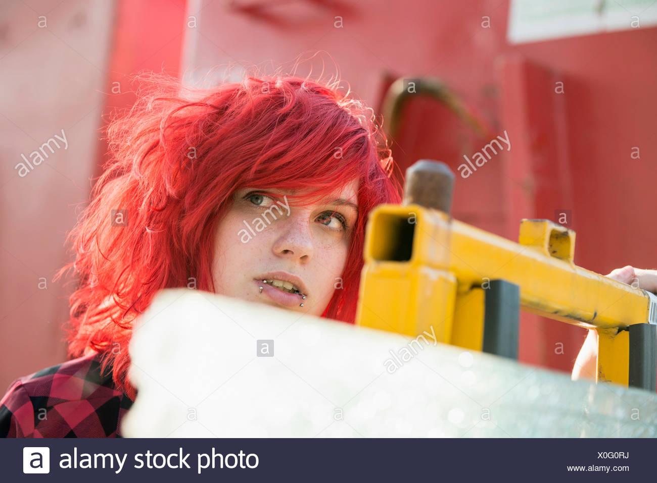 Giovane ragazza adolescente tinto rosso piercing per capelli Immagini Stock