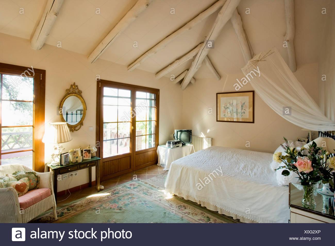 Zanzariera Da Letto : Camera da letto del paese in spagna con soffitto con travi a vista