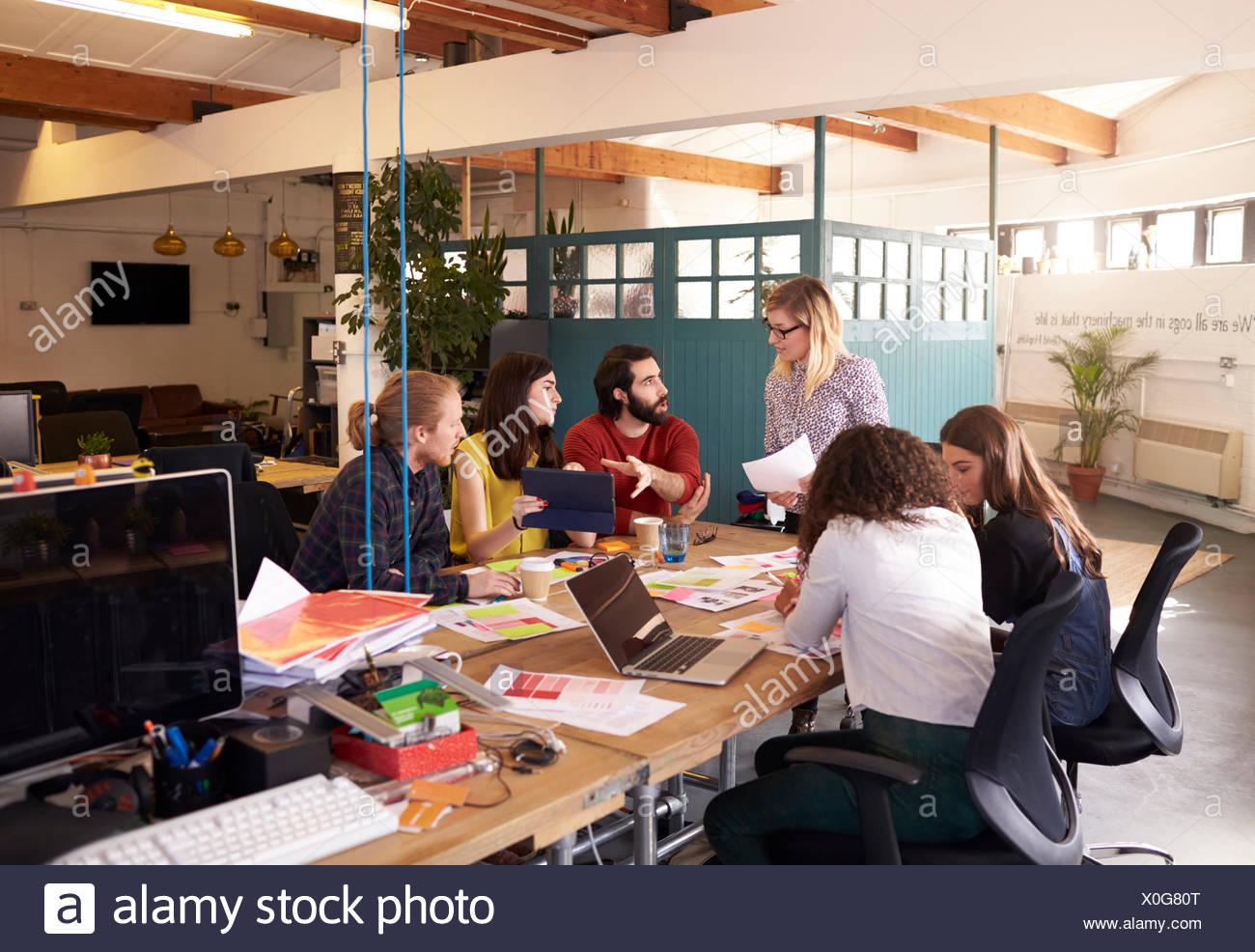 Ampia angolazione della donna manager alla Riunione di brainstorming Immagini Stock