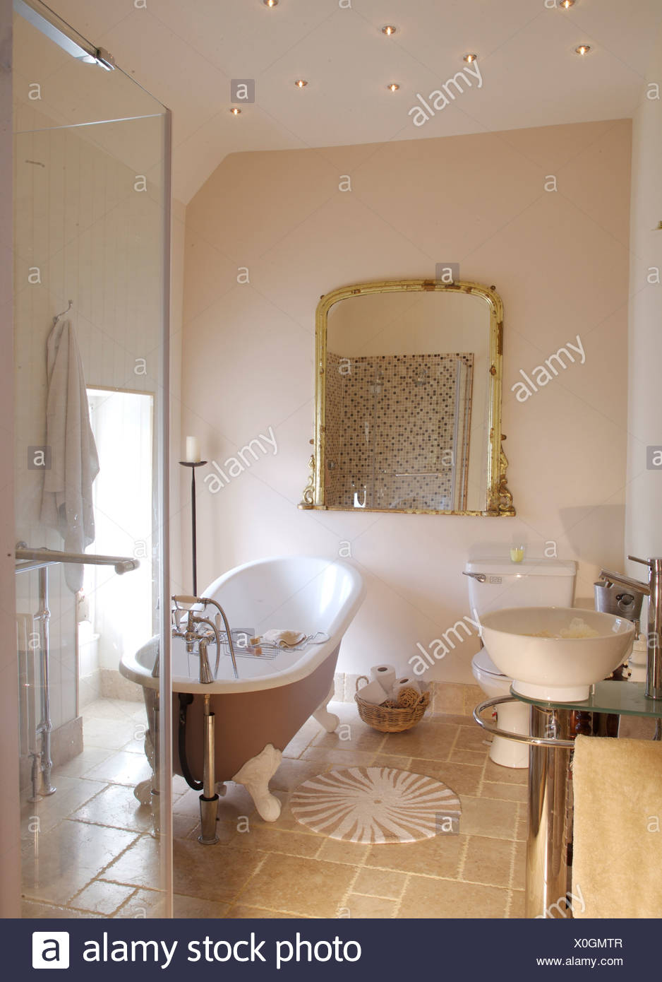 Roll top bagno e grande vetro cabina doccia nel bagno moderno con grande specchio antico e - Spiata nel bagno ...
