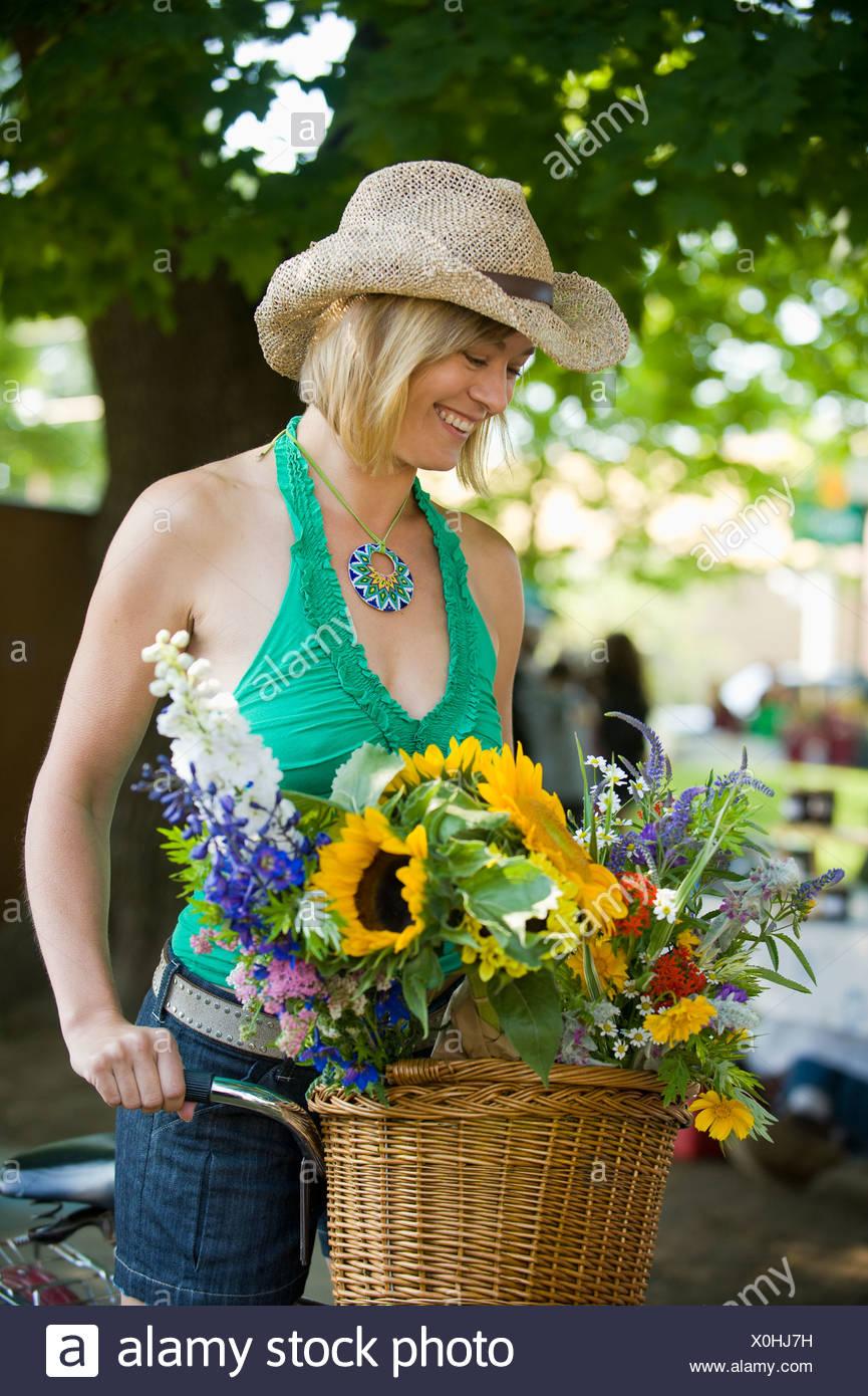 Una donna su una moto negozi presso un mercato al di fuori. Immagini Stock
