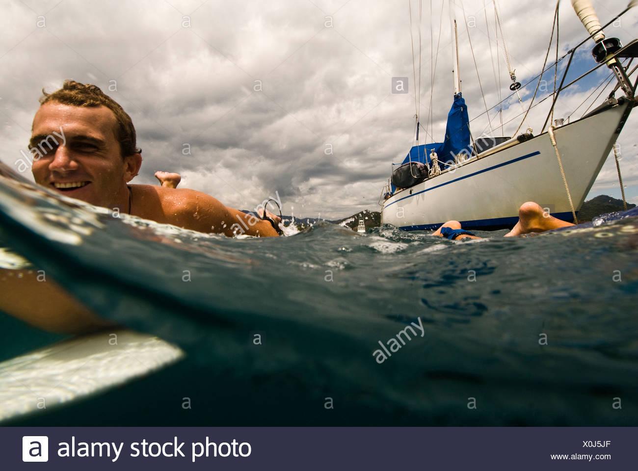 Un giovane uomo di uscire per navigare in Costa Rica Immagini Stock