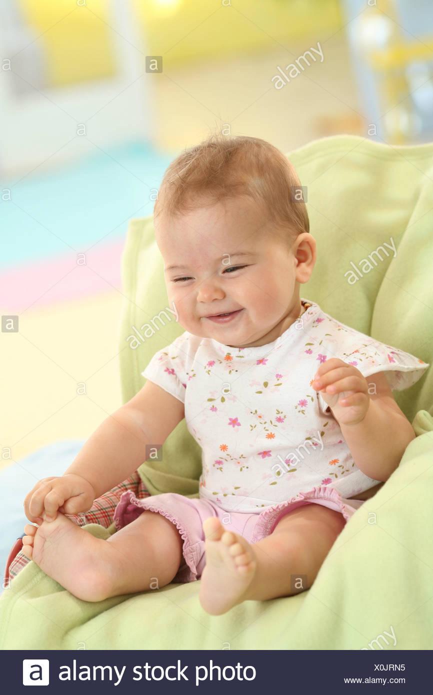 b134d4f4eb Baby, 5 mesi, sorriso, sedersi, modello rilasciato, persone, bambini,  neonati, abiti, Indoor, ridere, gioco del viso, ragazza, sedersi, estate,  estivo, ...