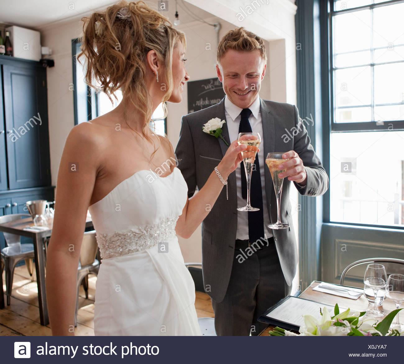Sposa e lo sposo la tostatura con champagne alla cerimonia di nozze Immagini Stock