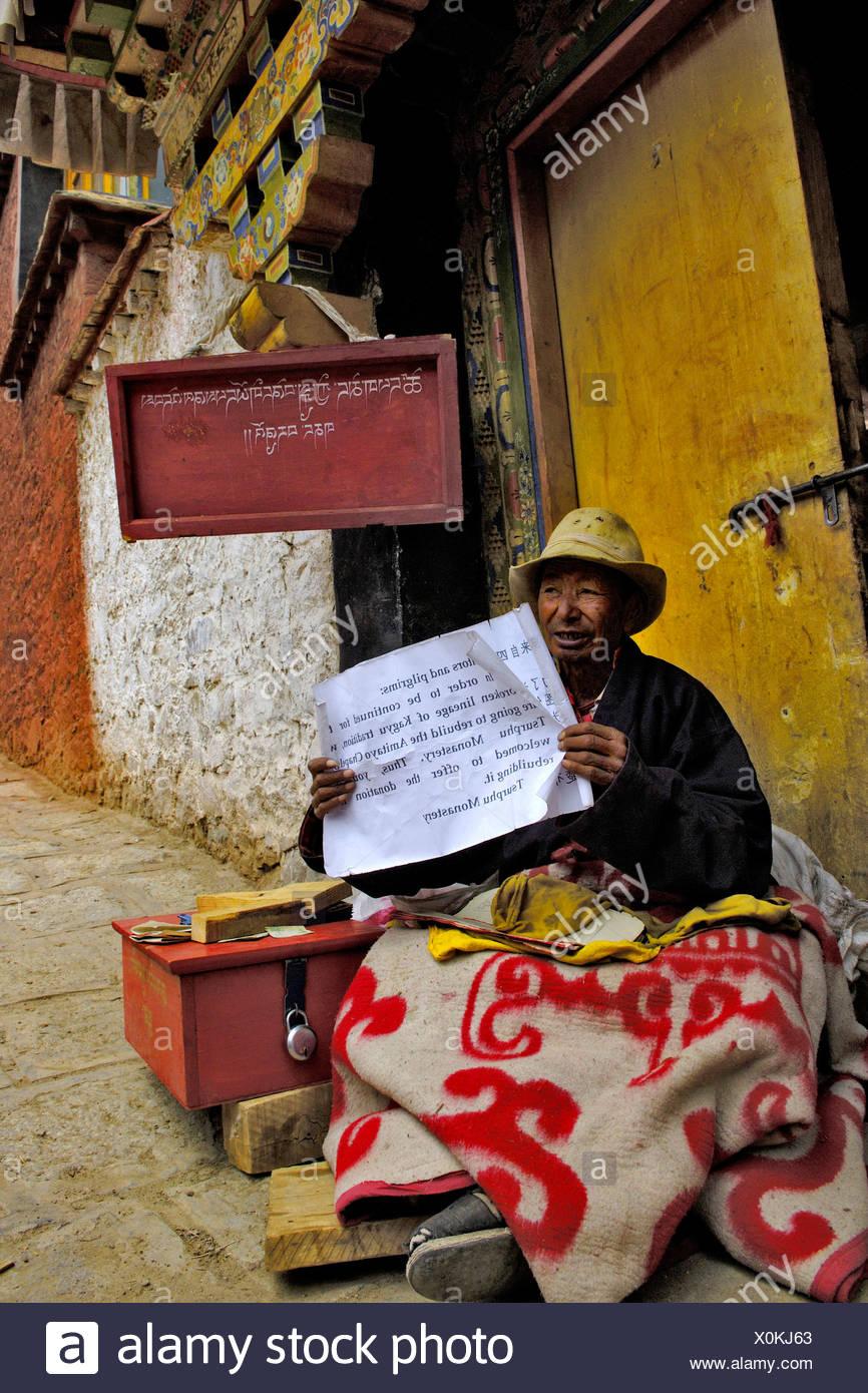 Monaco con richiesta, Tshurpu convento vicino a Lhasa, in Tibet Immagini Stock