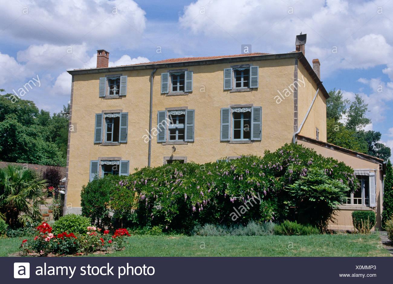 Esterno Casa Di Campagna esterno della casa francese di campagna con persiane blu
