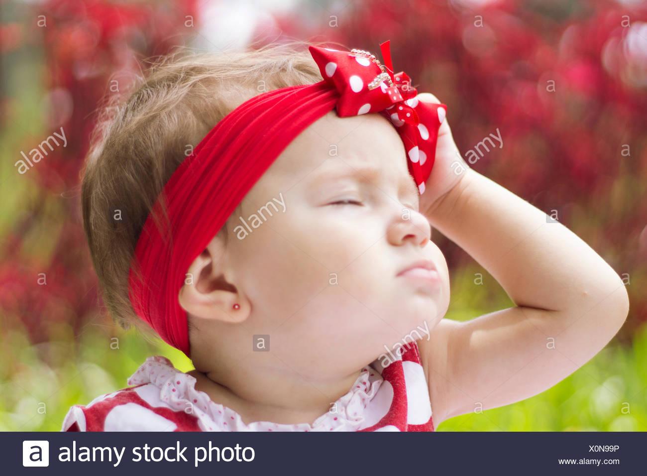 In primo piano di una graziosa bambina con gli occhi chiusi Immagini Stock