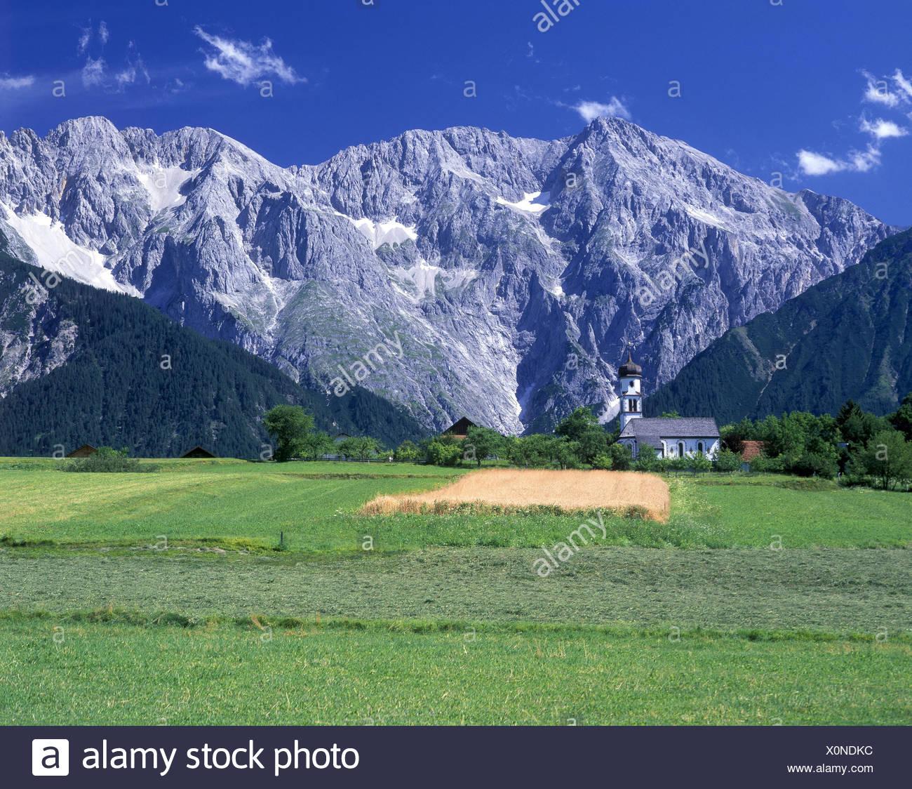 Austria, Tirolo, St. Anton in montagna Arl, lago di cartello contro Küchelspitze e Faselfadspitzen, Immagini Stock