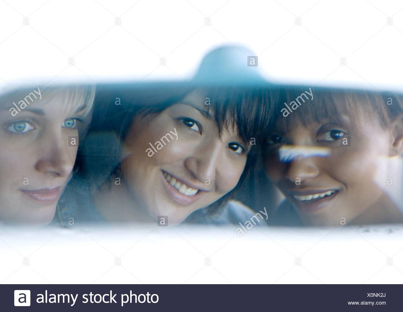 Giovane femmina adulta amici visto in specchio retrovisore Immagini Stock