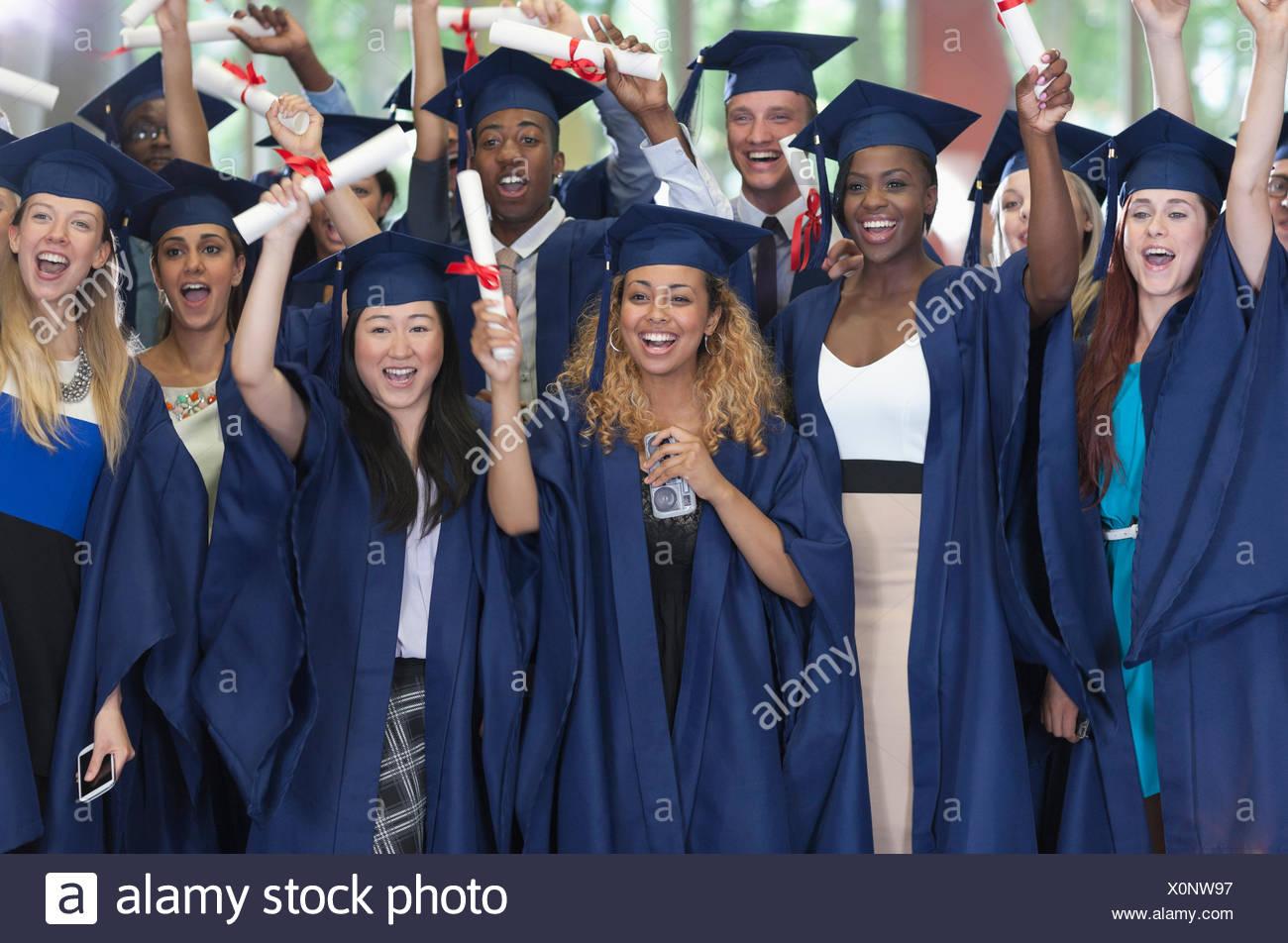 Gruppo di studenti di laurea vestiti in posa insieme per il ritratto di  gruppo 6310787ba578