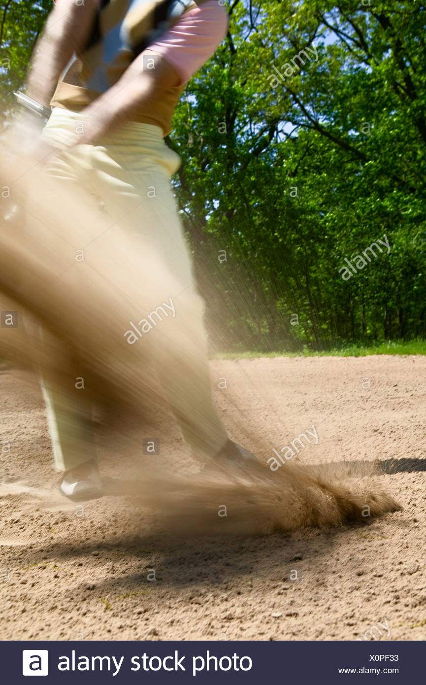 Sfocate di moto oscillante uomo fuori del bunker Foto Stock