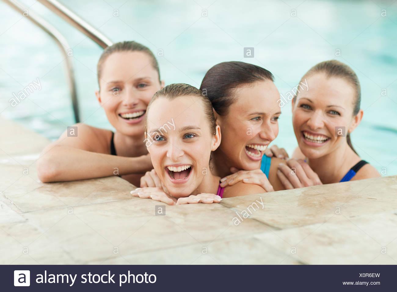 Ritratto di sorridere le giovani donne in piscina Immagini Stock