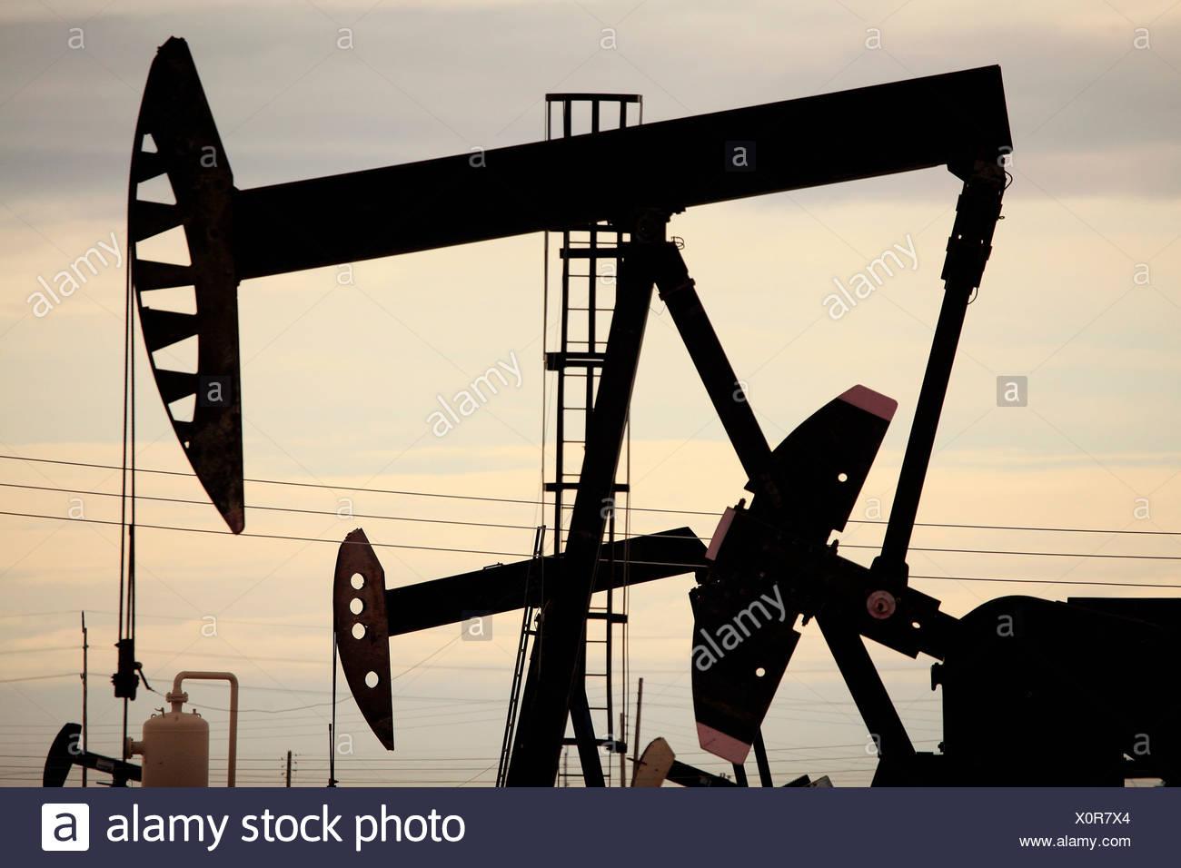 Derricks in pozzi di petrolio, California Immagini Stock