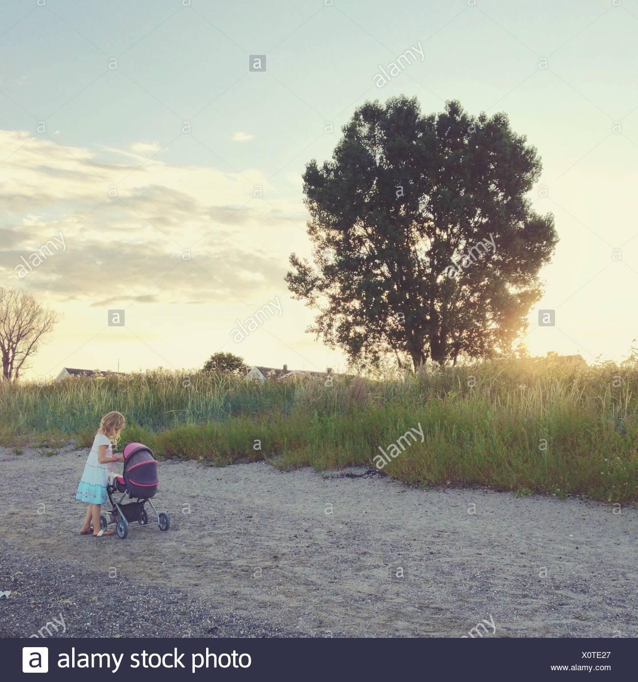 Norvegia, ragazza (12-13) con passeggino Immagini Stock
