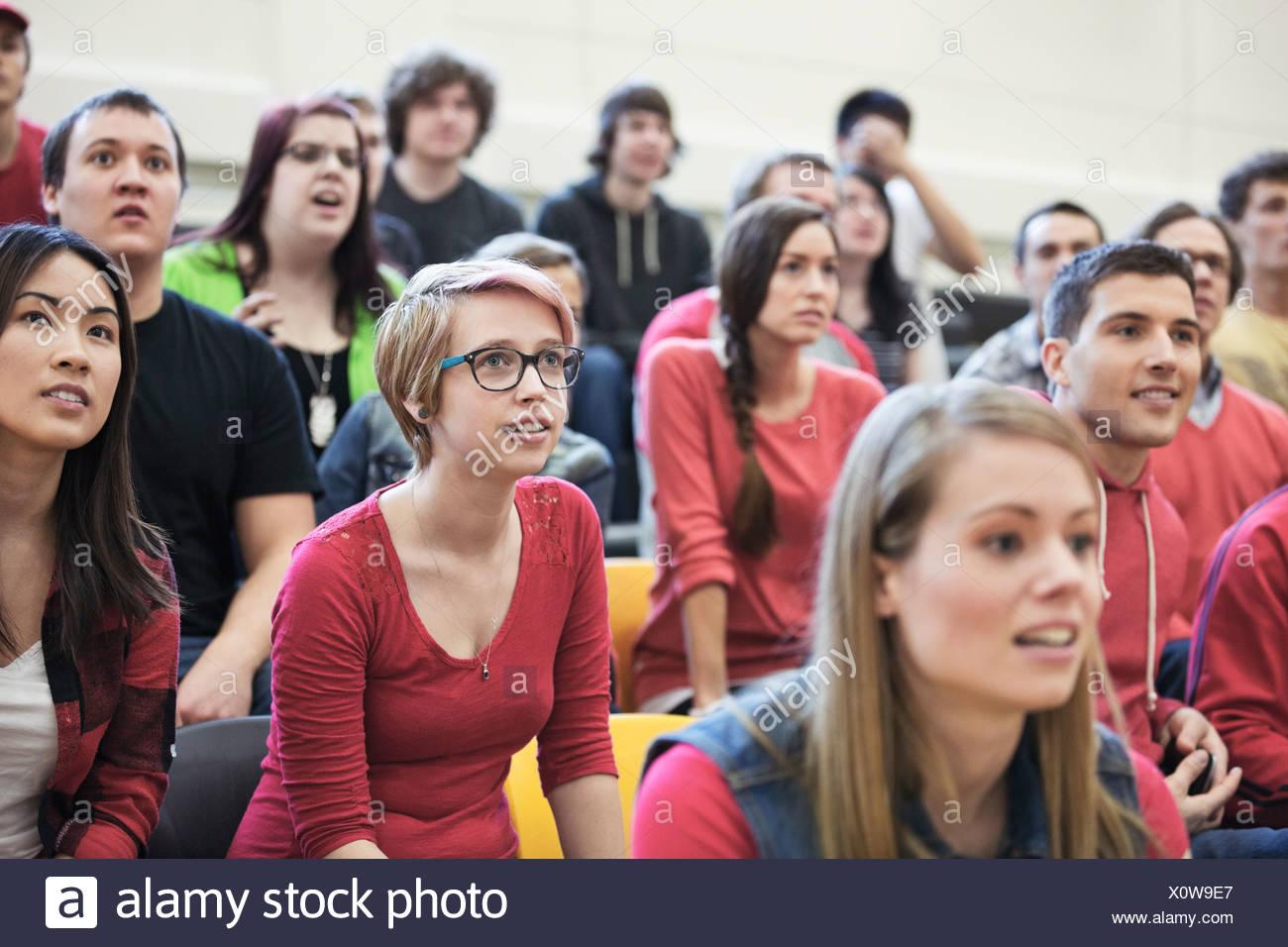 Un folto gruppo di studenti di college di guardare eventi sportivi Immagini Stock