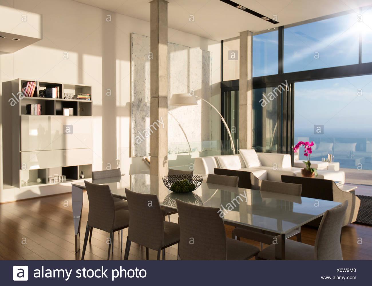 Sala Da Pranzo Moderna Immagini : Sala da pranzo e soggiorno spazio in casa moderna foto immagine