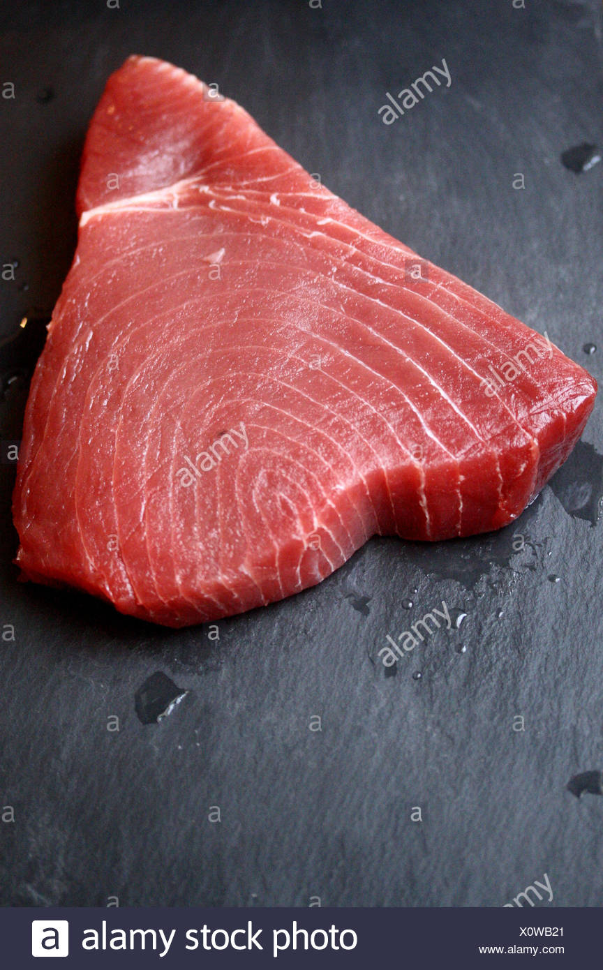 Materie bistecca di tonno su lavagna Immagini Stock