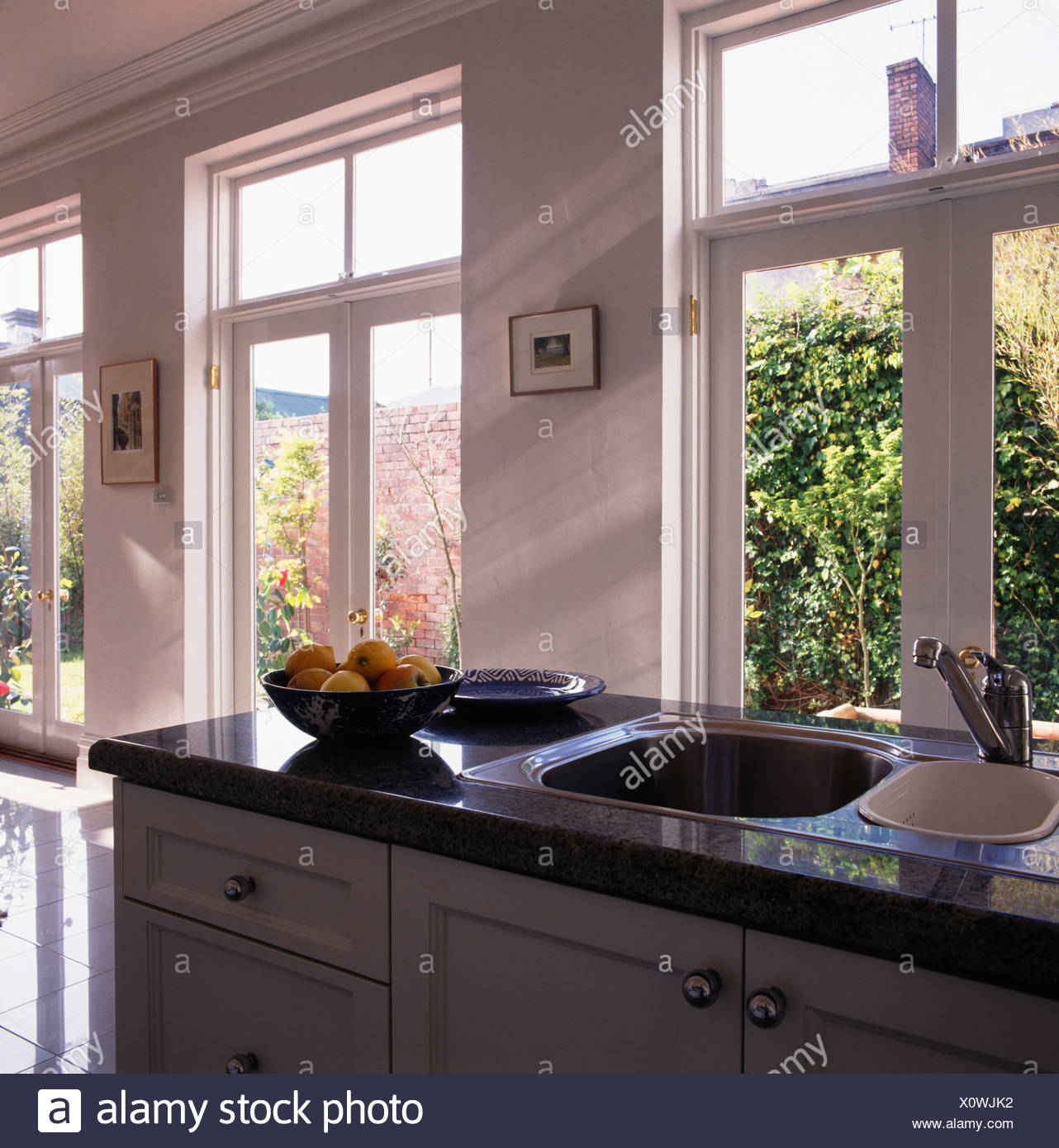 Finestre sopra lavello in acciaio inox in granito nero e - Finestre in acciaio ...