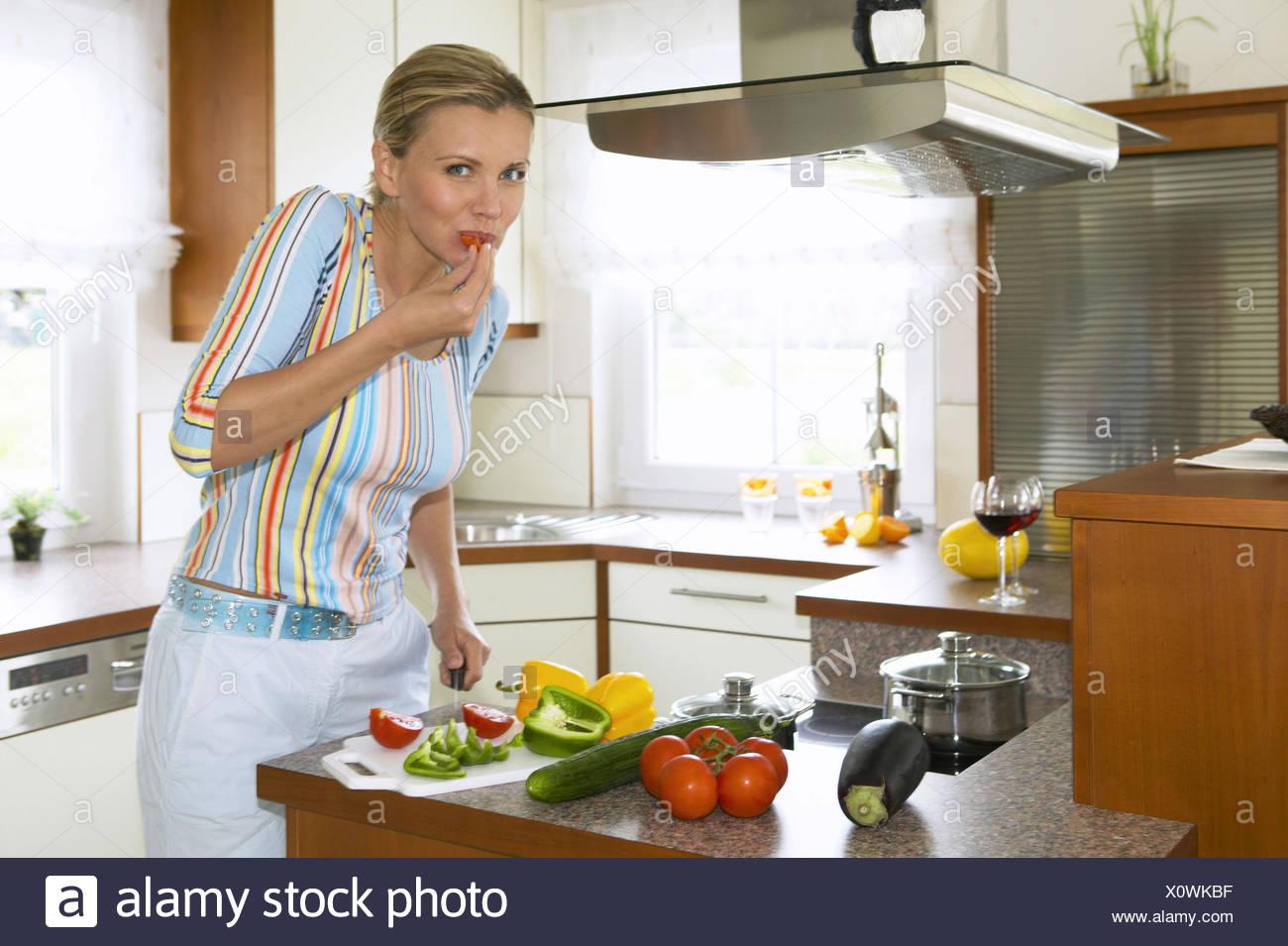 Cucina, donna, sorriso, tagliare la paprica, pomodoro, nibble, metà ...